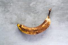 Банан на конкретной таблице Стоковая Фотография RF