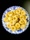 Банан покрытый с сахаром и медом стоковое фото rf
