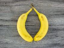 Банан стоя на деревянном поле в интересных путях Стоковое Изображение