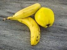 Банан стоя на деревянном поле в интересных путях Стоковые Фотографии RF