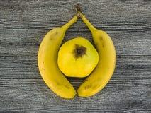 Банан стоя на деревянном поле в интересных путях Стоковые Изображения RF