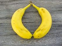 Банан стоя на деревянном поле в интересных путях Стоковая Фотография RF
