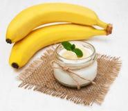 Банан с естественным югуртом Стоковое фото RF
