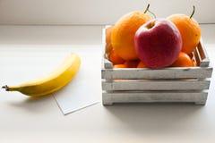 Банан яблока плодоовощ коробки белый оранжевый Стоковое Фото