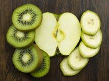 Банан яблока кивиа красиво аранжировал свежие сочные витамины тропические на древесине Стоковое фото RF