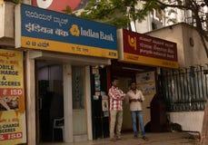 БАНГАЛОР ИНДИЯ 3-ье июня 2019: Люди говоря перед индийским банком ATM и национальным банком ATM Пенджаба на железной дороге Банга стоковое изображение rf
