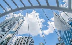 БАНГКОК - 12-ое ноября: Взгляд высоких зданий и общественное небо идут для Стоковое фото RF