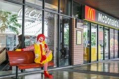 БАНГКОК - 9-ОЕ ЯНВАРЯ 2018: Рональд-McDonald, талисман ` s Mc Donald, на стенде Стоковое Изображение RF