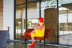 БАНГКОК - 9-ОЕ ЯНВАРЯ 2018: Рональд-McDonald, талисман ` s Mc Donald, на стенде Стоковые Фотографии RF