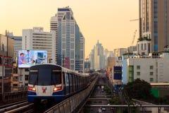 БАНГКОК - ОКТЯБРЬ 2014 Взгляд поезда неба от Asok Стоковые Изображения RF