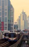 БАНГКОК - ОКТЯБРЬ 2014 Взгляд поезда неба от Asok Стоковая Фотография