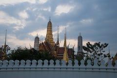 Бангкок Таиланд, взгляд большого дворца и Wat Phra Kaew от внешней стороны стен в раннем вечере стоковые изображения rf