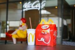 БАНГКОК, ТАИЛАНД - 9,2018 -ГО ЯНВАРЬ: Счастливая еда установила на стол, в мягком фокусе, с запачканным Рональдом McDonald Стоковое фото RF