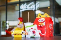 БАНГКОК, ТАИЛАНД - 9,2018 -ГО ЯНВАРЬ: Счастливая еда установила на стол, в мягком фокусе, с запачканным Рональдом McDonald Стоковое Изображение RF