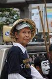 Бангкок/Таиланд - 06 23 2013: Желтые рубашки, под названием белых маск, занимают искусства Бангкока и центр культуры Стоковые Изображения RF