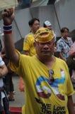 Бангкок/Таиланд - 06 23 2013: Желтые рубашки, под названием белых маск, занимают искусства Бангкока и центр культуры Стоковая Фотография RF