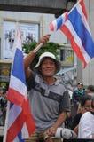 Бангкок/Таиланд - 06 23 2013: Желтые рубашки, под названием белых маск, занимают искусства Бангкока и центр культуры Стоковое фото RF