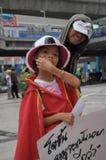 Бангкок/Таиланд - 06 23 2013: Желтые рубашки, под названием белых маск, занимают искусства Бангкока и центр культуры Стоковые Изображения