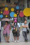 Бангкок/Таиланд - 06 23 2013: Желтые рубашки, под названием белых маск, занимают искусства Бангкока и центр культуры Стоковые Фотографии RF