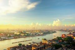 БАНГКОК ТАИЛАНД -07 июнь 2007: Восход солнца утра Бангкока над большим дворцом в Таиланде Chao Река Phraya со шлюпками в t стоковые фото