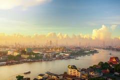 БАНГКОК ТАИЛАНД -07 июнь 2007: Восход солнца утра Бангкока над большим дворцом в Таиланде Chao Река Phraya со шлюпками в t стоковое изображение rf