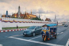 Бангкок, Таиланд - июнь 2019: Tuk Tuk на предпосылке комплекса дворца Бангкока большого и виске Wat Phra Kaew  стоковое фото rf