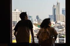 Бангкок, Таиланд - март 2019: Азиатские пары смотря из окна виска Wat Saket Золотой Горы сверх стоковые изображения