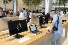 Бангкок, Таиланд, ноябрь 2018: внутренность магазина Яблока Apple стоковые фото