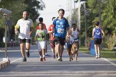 БАНГКОК ТАИЛАНД 10-ОЕ АВГУСТА: неопознанные люди бежать на следе Стоковые Изображения RF