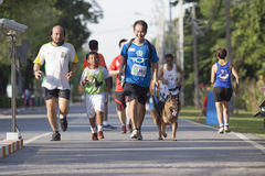 БАНГКОК ТАИЛАНД 10-ОЕ АВГУСТА: неопознанные люди бежать на следе Стоковая Фотография RF