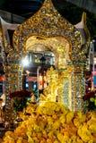 БАНГКОК, ТАИЛАНД - 9-ОЕ АВГУСТА 2018: Святыня Erawan 18-ого сентября Туристы делают заслугу на святыне Erawan на соединении Ratch стоковое изображение