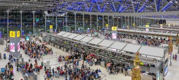 БАНГКОК, ТАИЛАНД - 26-ОЕ АВГУСТА: Толпы международного аэропорта Suvarnabhumi с пассажирами на счетчиках регистрации в Бангкоке н стоковое фото