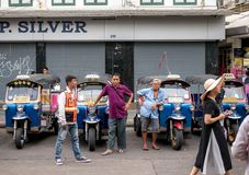 Бангкок, Таиланд - 19-ое августа 2018: Tuk Таиланд tuk обслуживания трицикла популярно для туристов люди стоковое изображение rf
