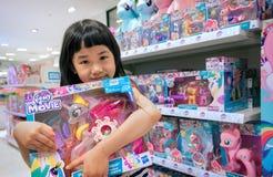 БАНГКОК, ТАИЛАНД - 15-ОЕ АПРЕЛЯ: Безымянная маленькая девочка показывает ей n Стоковое Изображение