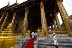 БАНГКОК, ТАИЛАНД - 6-ОЕ АПРЕЛЯ 2018: Большой дворец - день Chakri - украшенный в золоте и яркие цвета куда buddists идут стоковое изображение
