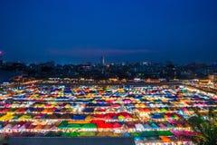 БАНГКОК, ТАИЛАНД - 6-ое апреля 2018: Взгляд ночи рынка Ratchada ночи поезда Натренируйте рынок Ratchada ночи, также известное как Стоковые Фотографии RF