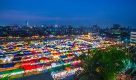 БАНГКОК, ТАИЛАНД - 6-ое апреля 2018: Взгляд ночи рынка Ratchada ночи поезда Натренируйте рынок Ratchada ночи, также известное как Стоковое Изображение