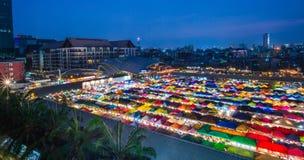БАНГКОК, ТАИЛАНД - 6-ое апреля 2018: Взгляд ночи рынка Ratchada ночи поезда Натренируйте рынок Ratchada ночи, также известное как Стоковые Фото