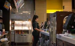 БАНГКОК, ТАИЛАНД - 16-ОЕ АПРЕЛЯ: Работник ` s McDonald принимает заказ дальше стоковые фотографии rf