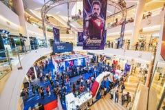 Бангкок, Таиланд - 25-ое апреля 2019: Толпить люди присутствуя на будочке выставки эндшпиля мстителей в торговом центре стоковая фотография