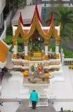 Бангкок, Таиланд - 31-ое апреля 2014 Человек моля на святыне Amarindradhiraja в городе Бангкока, Таиланда стоковое изображение