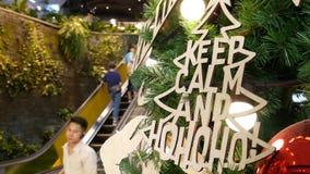 БАНГКОК, ТАИЛАНД - 18-ОЕ ДЕКАБРЯ 2018: Интерьер торгового центра EmQuartier азиатский Люди на эскалаторах торгового центра акции видеоматериалы