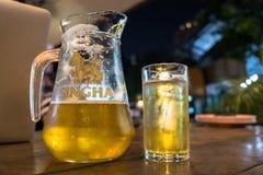 БАНГКОК, ТАИЛАНД - 22-ОЕ ДЕКАБРЯ 2017: Кувшин пива Singha Стоковая Фотография RF
