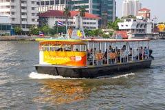 БАНГКОК, ТАИЛАНД 12-ОЕ ДЕКАБРЯ: Шлюпка пассажира на Chao Реке Phraya Стоковое фото RF
