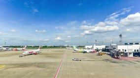 Бангкок, Таиланд - 5-ое июля 2018 - взгляд международного авиапорта Дон Muang, и тайские авиакомпании льва на взлётно-посадочная  акции видеоматериалы