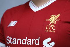 БАНГКОК, ТАИЛАНД - 12-ОЕ ИЮЛЯ: Логотип клуба футбола Ливерпуля Стоковое Изображение RF