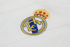 БАНГКОК, ТАИЛАНД - 12-ОЕ ИЮЛЯ: Логотип Real Madrid на Footb Стоковое Изображение RF