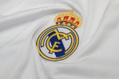 БАНГКОК, ТАИЛАНД - 12-ОЕ ИЮЛЯ: Логотип Real Madrid на Footb Стоковые Изображения RF