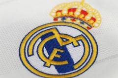 БАНГКОК, ТАИЛАНД - 12-ОЕ ИЮЛЯ: Логотип Real Madrid на Footb Стоковое Изображение