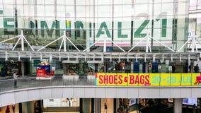 БАНГКОК, ТАИЛАНД - 21-ОЕ ИЮЛЯ 2018: Перед терминалом 21, популярный торговый центр в центральном деловом районе в Бангкоке стоковое изображение rf